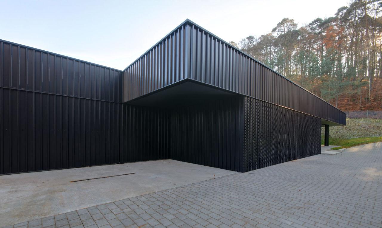Schwarze Fassade architektenkammer rheinland pfalz haus des wassers
